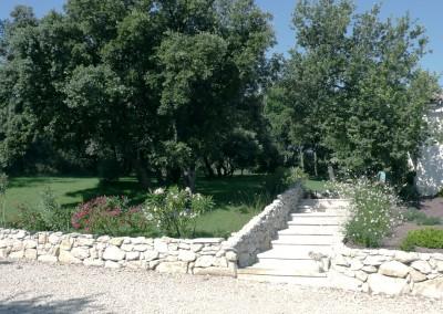 Murs en pierre autour du gazon près de Saint Rémy de Provence